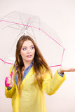 Женщина в rainproof пальто с зонтиком прогнозирование стоковое изображение rf