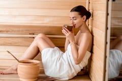 Женщина в sauna стоковая фотография rf