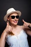 Женщина в smilie шляпы и солнечных очков Стоковое Фото