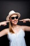 Женщина в smilie шляпы и солнечных очков Стоковые Фото