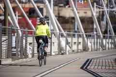 Женщина в sportswear и велосипеде езд шлема позаботить об ее здоровье стоковые фото
