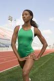 Женщина в Sportswear протягивая на поле Стоковая Фотография RF