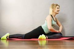 Женщина в sportswear протягивая ноги Стоковое фото RF