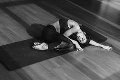 Женщина в sportswear спать в циновке йоги стоковые фотографии rf