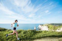 Женщина в sportswear тренируя outdoors Стоковая Фотография RF