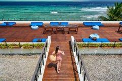 Женщина в striped купальнике на патио пляжа стоковое изображение rf
