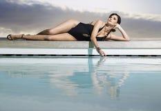 Женщина в Swimwear бассейном стоковая фотография