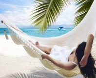 женщина гамака лежа Стоковое Изображение