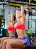 Женщина гантели поднятия тяжестей пригодности Crossfit на зеркале Стоковое Изображение