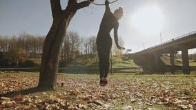 Женщина гимнастики воздуха выполняет фокусы акробатики на воздушном обруче акции видеоматериалы