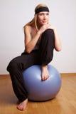 женщина гимнастики шарика relaxed Стоковые Изображения