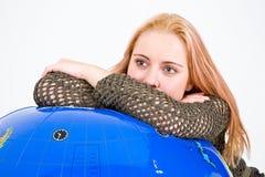 женщина глобуса полагаясь Стоковые Фото