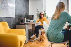 Женщина 2 говоря в офисе Стоковые Изображения