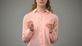 Женщина говоря Иисусу в языке жестов, показывая слова в уроке asl, сообщение акции видеоматериалы