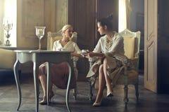 Женщина говоря и имея кофе Стоковая Фотография