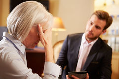 Женщина говоря к мужскому консультанту используя плату цифров Стоковое фото RF