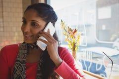 Женщина говоря на мобильном телефоне в кафе стоковые изображения rf