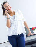 Женщина говоря на мобильном телефоне Стоковая Фотография