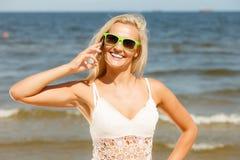 Женщина говоря на передвижном сотовом телефоне взморьем Стоковые Фотографии RF