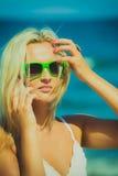 Женщина говоря на передвижном сотовом телефоне взморьем Стоковая Фотография