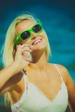 Женщина говоря на передвижном сотовом телефоне взморьем Стоковые Фото