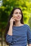 Женщина говоря на телефоне в парке Стоковое Изображение RF