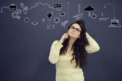 Женщина говоря на телефоне перед предпосылкой с вычерченными диаграммами дела Стоковые Изображения