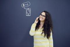 Женщина говоря на телефоне перед предпосылкой с вычерченными диаграммами дела Стоковое Фото