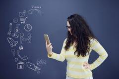 Женщина говоря на телефоне перед предпосылкой с вычерченными диаграммами дела Стоковое Изображение