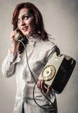 Женщина говоря на телефоне стоковое изображение