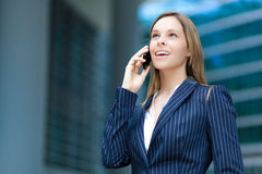 Женщина говоря на телефоне стоковая фотография rf