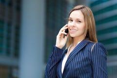 Женщина говоря на телефоне стоковое фото
