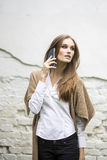 Женщина говоря на телефоне Стоковые Изображения RF