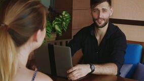 Женщина говоря о свободной вакансии при работодатель используя компьтер-книжку акции видеоматериалы