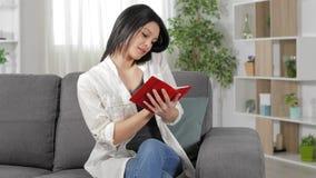 Женщина говоря по телефону и писать в повестке дня акции видеоматериалы