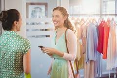 Женщина говоря с ее другом стоковые изображения rf