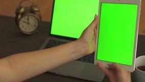 Женщина говоря с человеком от планшета с зеленым экраном на развевая руке Беседы менеджера к клиентам онлайн используя онлайн видеоматериал