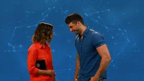 Женщина говоря с человеком сток-видео