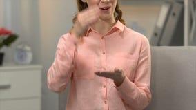 Женщина говоря я знаю язык жестов, разговор для неработающего в asl, глухоте акции видеоматериалы