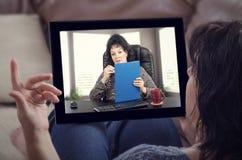 Женщина говоря e-здоровый психолог стоковое фото rf