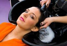 женщина головного стилизатора волос моя стоковые изображения rf