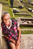 Женщина горюет на кладбище Стоковая Фотография