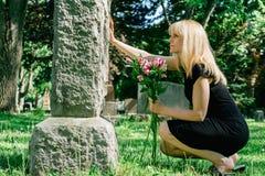 Женщина горюя на могиле Стоковая Фотография RF