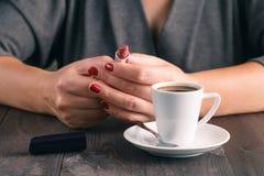 Женщина готовая к губе румян после кофе эспрессо стоковые фото