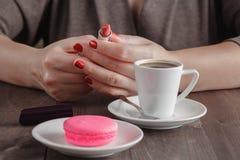 Женщина готовая к губе румян после кофе эспрессо стоковое изображение