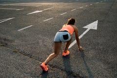 Женщина готовая для бежать на асфальте Стоковые Изображения RF