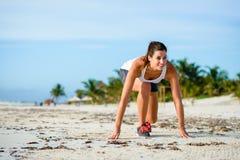 Женщина готовая для бежать на тропическом пляже Стоковое Изображение RF