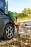 Женщина готовя сломанный автомобиль Стоковые Фото