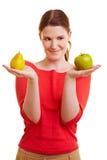 женщина груши удерживания яблока Стоковые Фото