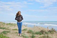 Женщина гуляя на пляж Стоковые Изображения